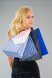 Attraktive blonde Frau mit Einkaufstaschen Lizenzfreie Stockfotos