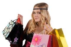 Attraktive blonde Frau mit Einkaufstaschen Stockbilder