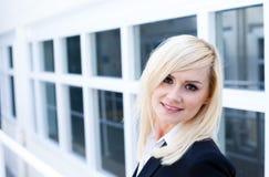 Attraktive blonde Frau mit Fenster Stockbild