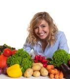 Attraktive blonde Frau mit Frischgemüse Lizenzfreie Stockbilder
