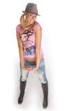 Attraktive blonde Frau mit Hut im rosafarbenen T-Shirt Stockfotografie