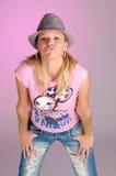 Attraktive blonde Frau mit Hut im rosafarbenen T-Shirt Lizenzfreies Stockbild