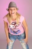 Attraktive blonde Frau mit Hut im rosafarbenen T-Shirt Lizenzfreie Stockfotografie