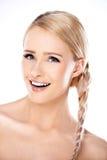 Attraktive blonde Frau mit ihrem Haar in einem Zopf Lizenzfreie Stockbilder