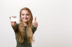 Attraktive blonde Frau mit ihrer Visitenkarte Stockbilder