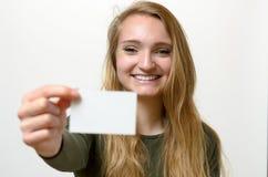 Attraktive blonde Frau mit ihrer Visitenkarte Stockfotografie