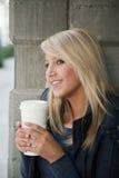 Attraktive blonde Frau mit Kaffee Stockfotografie