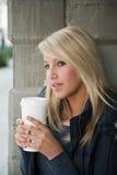Attraktive blonde Frau mit Kaffee Stockbilder