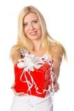 Attraktive blonde Frau mit nettem Geschenk Lizenzfreies Stockbild