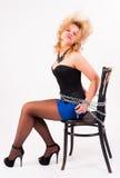 Attraktive blonde Frau mit Perlen Stockbilder