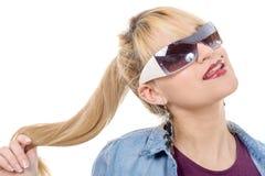 Attraktive blonde Frau mit Sonnenbrille auf Weiß Lizenzfreie Stockfotos