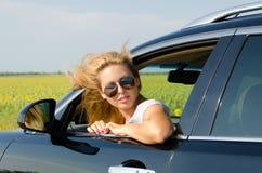 Attraktive blonde Frau mit Sonnenbrillen Stockfotos