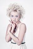 Attraktive blonde Frau mit Vorlage bilden Lizenzfreie Stockfotos