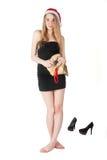 Attraktive blonde Frau mit Weihnachtsgeschenktasche Stockfotografie