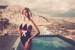 Frau nahe Pool Lizenzfreie Stockbilder