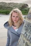 Attraktive blonde Frau oder jugendlich Außenseite Lizenzfreie Stockfotos