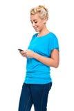 Attraktive blonde Frau Texting auf Handy Lizenzfreie Stockbilder