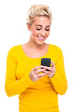 Attraktive blonde Frau Texting auf Handy Lizenzfreies Stockfoto