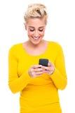 Attraktive blonde Frau Texting auf Handy Stockbilder