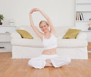 Attraktive blonde Frau, welche die Kamera betrachtet Lizenzfreies Stockfoto