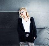 Attraktive blonde Frauenaufstellung Lizenzfreie Stockbilder