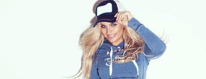 Attraktive blonde Frauenaufstellung Lizenzfreies Stockfoto