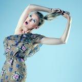 Attraktive blonde Frauenaufstellung Stockbild