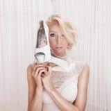 Attraktive blonde Frauenaufstellung Stockbilder