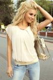 Attraktive blonde Frauenaufstellung Lizenzfreies Stockbild