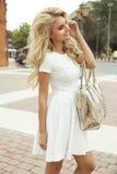 Attraktive blonde Frauenaufstellung Stockfoto