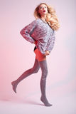Attraktive blonde Frauenaufstellung Lizenzfreie Stockfotos