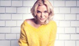 Attraktive blonde Frauenaufstellung Lizenzfreie Stockfotografie