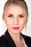 Attraktive blonde Geschäftsfrau Lizenzfreie Stockfotografie