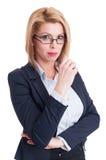 Attraktive blonde Geschäftsfrau, die die Kamera untersucht Lizenzfreies Stockfoto