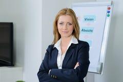 Attraktive blonde Geschäftsfrau im Büro Stockfotos