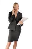 Attraktive blonde Geschäftsfrau mit Handy Stockfoto