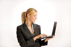Attraktive blonde Geschäftsfrau mit Notizbuch Lizenzfreie Stockfotos