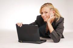 Attraktive blonde Geschäftsfrau mit Notizbuch Lizenzfreies Stockfoto