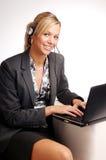Attraktive blonde Geschäftsfrau mit Notizbuch Stockfoto
