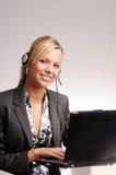 Attraktive blonde Geschäftsfrau mit Notizbuch Stockfotografie