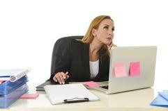 Attraktive blonde Geschäftsfrau 40s, die an der BüroLaptop-Computer arbeitet Lizenzfreies Stockfoto
