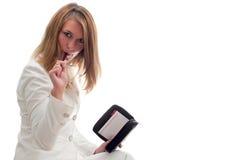 Attraktive blonde Geschäftsfrau, die Pläne bildet Lizenzfreie Stockbilder