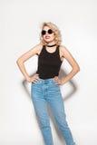 Attraktive blonde Holding ihre Taille Lizenzfreies Stockfoto