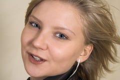 Attraktive blonde junge Frau, die in der Kamera schaut Stockfoto