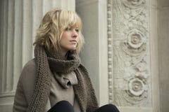 Attraktive blonde junge Frau, die weg von der Kamera schaut Stockbild