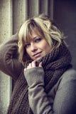 Attraktive blonde junge Frau draußen, Kamera betrachtend Stockfoto