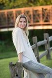 Attraktive blonde junge Frau in einem Park Stockfoto