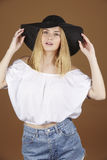 Attraktive blonde junge Frau genießt den Sommer Lizenzfreie Stockbilder
