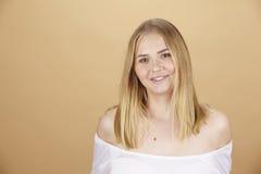 Attraktive blonde junge Frau genießt den Sommer Lizenzfreies Stockfoto