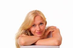 Attraktive blonde junge Frau im Studio Stockfoto